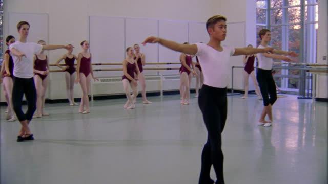 vidéos et rushes de ballet dancers practice spins in class. available in hd. - danseur de ballet