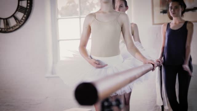 vídeos y material grabado en eventos de stock de ballet dancers practicing at barre - barra de deportes
