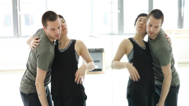 ballet dancers practicing in front of mirror - ballerino artista di spettacolo video stock e b–roll