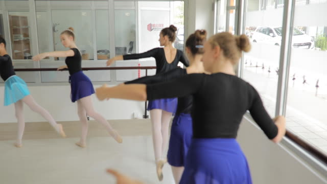 stockvideo's en b-roll-footage met balletdansers beoefenen in studio - panty