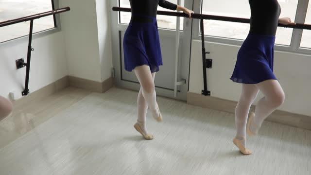 vídeos de stock e filmes b-roll de ballet dancers practicing together - body de ginástica