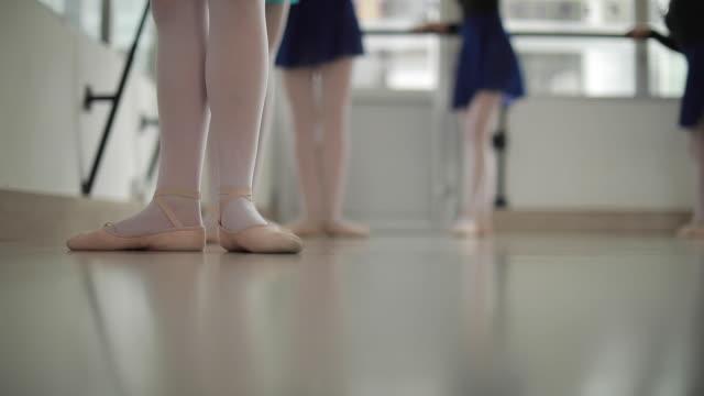 ballett-tänzer üben - gymnastikanzug stock-videos und b-roll-filmmaterial