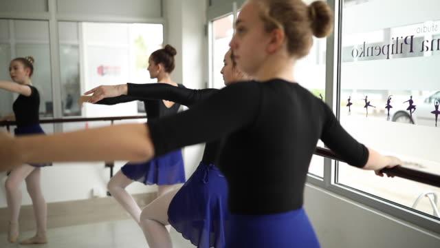 vídeos y material grabado en eventos de stock de ensayo de bailarines del ballet - malla de gimnasia
