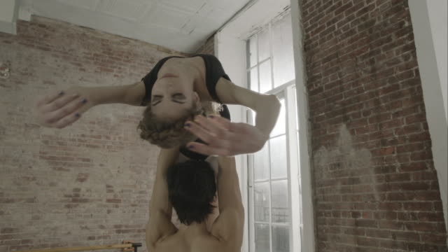 stockvideo's en b-roll-footage met ballet dancers rehearsing together in dance studio - balletdanser