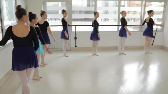 vídeos de stock e filmes b-roll de ballet dancers studio - body de ginástica