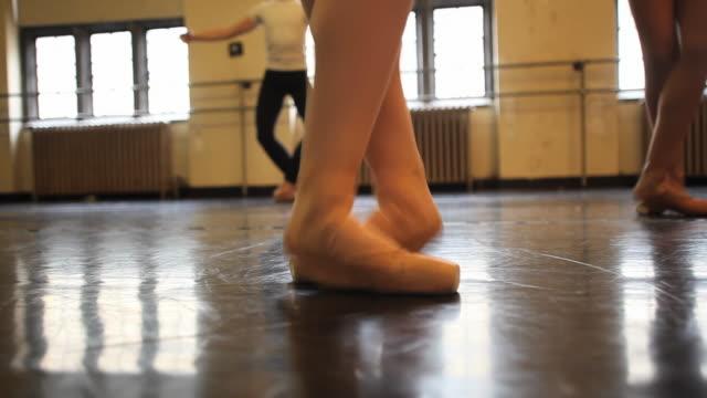 vídeos y material grabado en eventos de stock de ms ballet dancers working on various dance positions during class / chicago, illinois, usa - de puntas