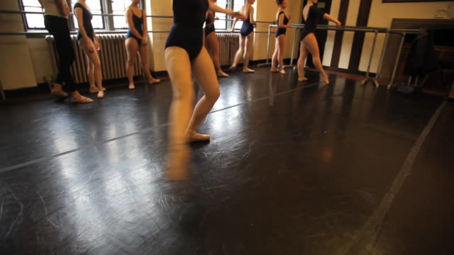 vídeos y material grabado en eventos de stock de ms zi pan ballet dancers working on various dance positions during class / chicago, illinois, usa - de puntas