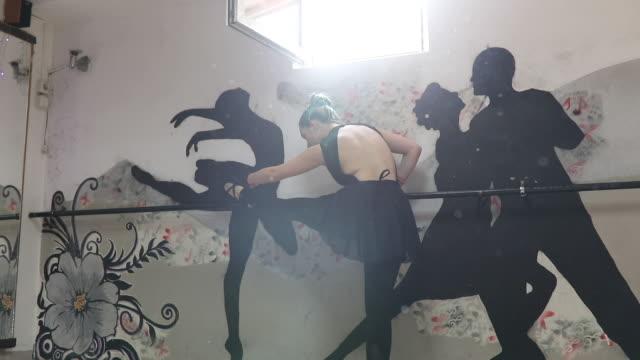 vídeos de stock, filmes e b-roll de garota de balé praticando - cabelo verde