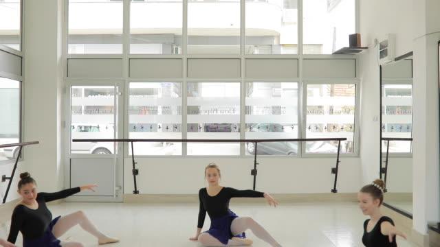 vídeos de stock e filmes b-roll de ballet girls performing in studio - body de ginástica