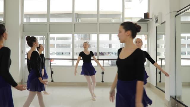 vídeos de stock e filmes b-roll de ballet girls spinning - body de ginástica