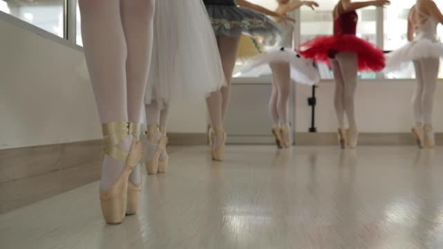 vídeos de stock e filmes b-roll de ballet girls training together - body de ginástica