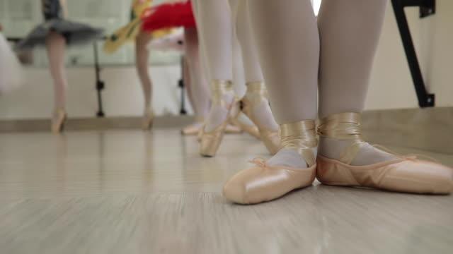 vídeos de stock e filmes b-roll de ballet girls training - body de ginástica