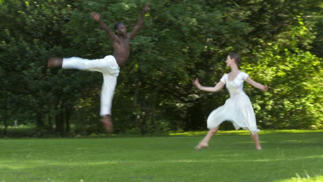 vídeos y material grabado en eventos de stock de dolly hd: ballet en el parque - de puntas