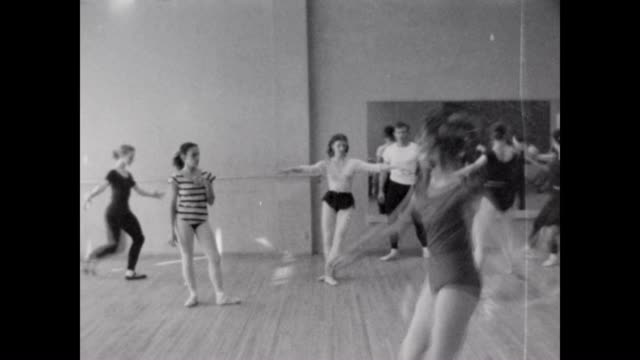 vídeos de stock e filmes b-roll de ballet instruction in hollywood in the 1950's - body de ginástica