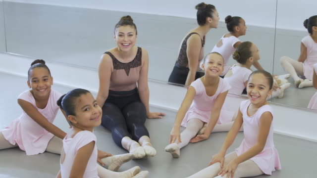 ballet instructor, girls sitting in circle on floor - 8 9 years stock videos & royalty-free footage