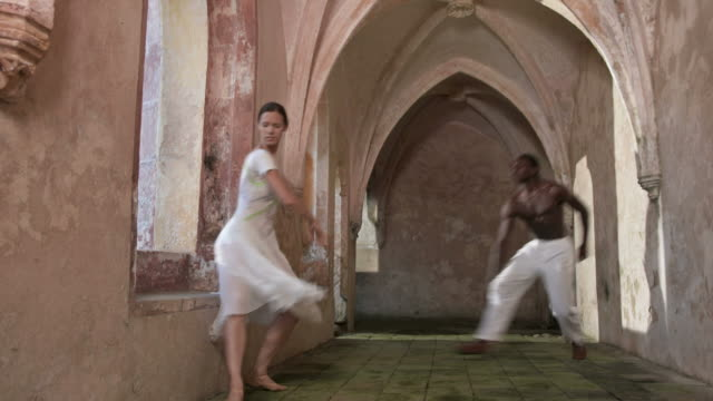 hd dolly: ein ballett in castle flur - ballerina stock-videos und b-roll-filmmaterial