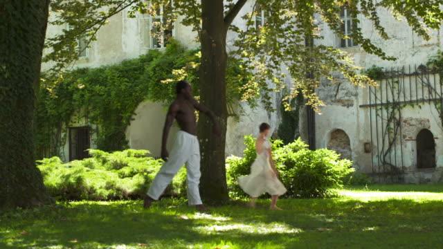 vídeos y material grabado en eventos de stock de dolly hd: ballet rendimiento en el parque del castillo - de puntas