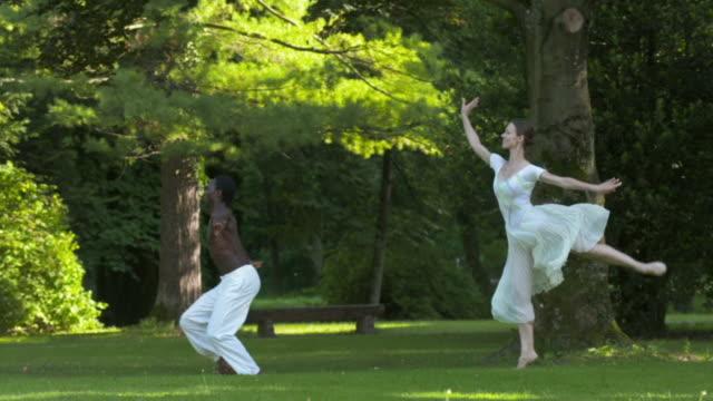 HD-ZEITLUPE: Ballett-Performance im Park