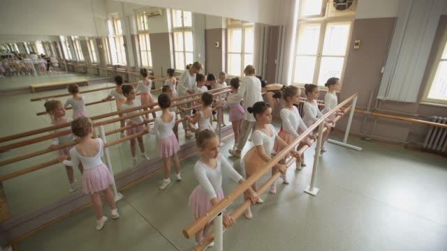 stockvideo's en b-roll-footage met ballet school klasse - gympak