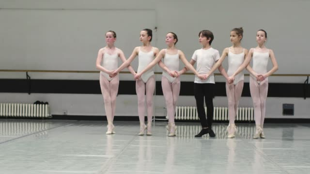 stockvideo's en b-roll-footage met balletschool - balletdanser