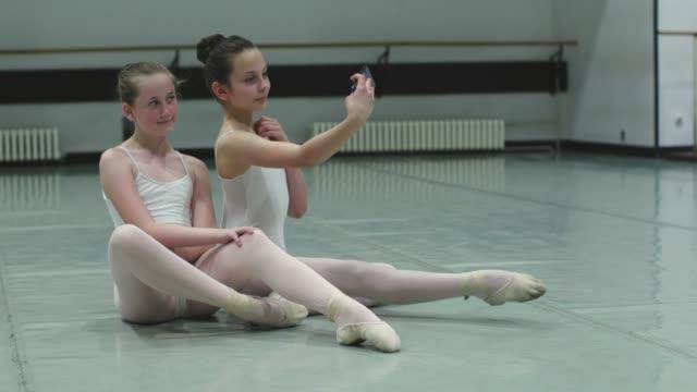 ballett-school - flexibilität stock-videos und b-roll-filmmaterial