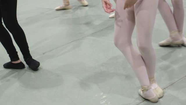 vídeos de stock, filmes e b-roll de escola de ballet - dance studio