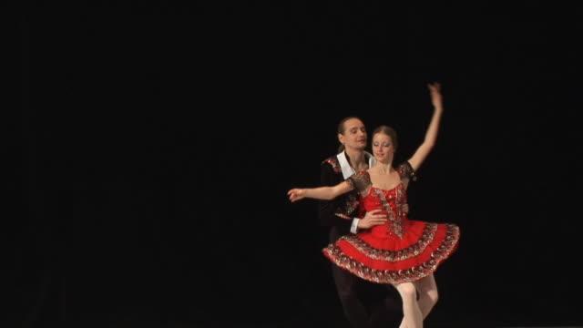 vídeos de stock, filmes e b-roll de de balé show - teatro clássico