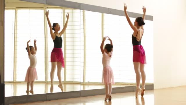 vídeos y material grabado en eventos de stock de ws ballet teacher and young student practicing during class - de puntas