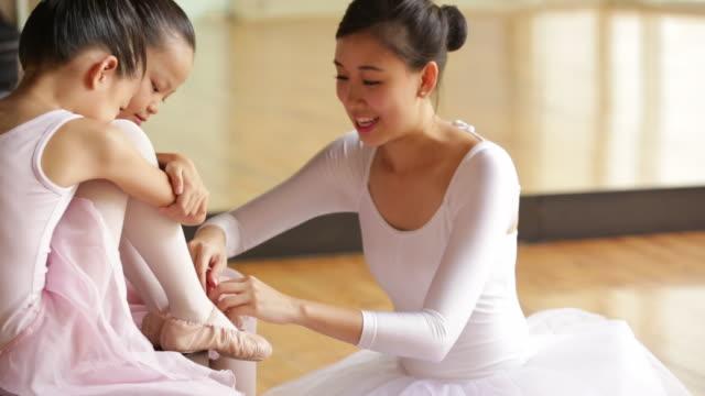 cu ballet teacher helping young students. - 少於10秒 個影片檔及 b 捲影像