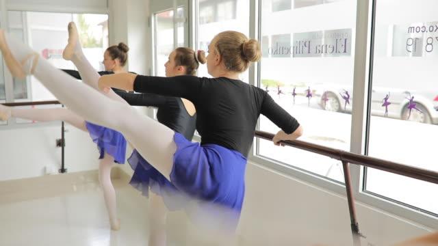 ballet workout posen - ballettstudio stock-videos und b-roll-filmmaterial