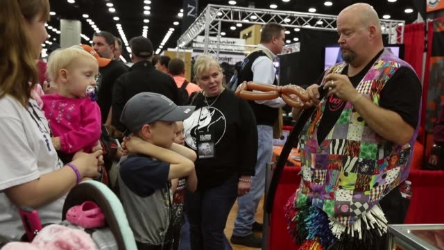 balloon artist creates a rifle from balloons for a child during the nra annual meetings & exhibits on may 21, 2016 in louisville, kentucky. about... - 自衛点の映像素材/bロール