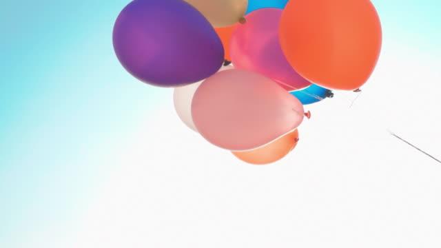 vidéos et rushes de ballon coloré dans le ciel bleu - ballon de baudruche