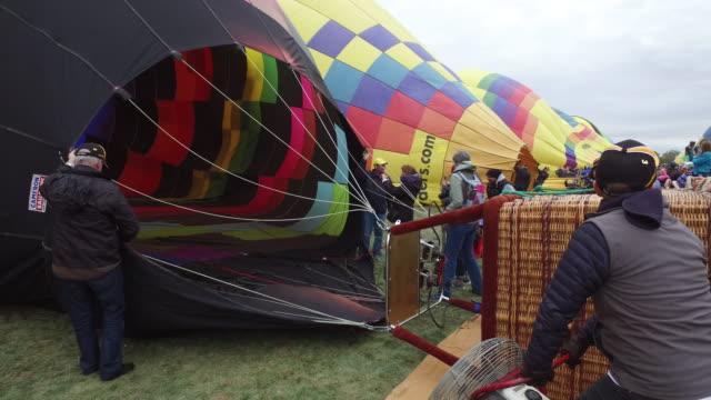 balloon festiva in albuquerque, new mexico, usa - 準備点の映像素材/bロール