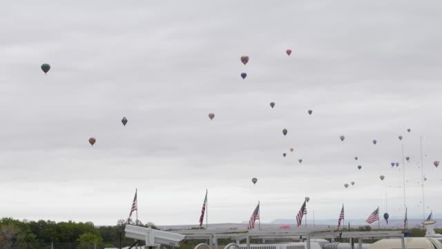 vídeos de stock, filmes e b-roll de balloon festiva in albuquerque, new mexico, usa - festa do balão de ar quente