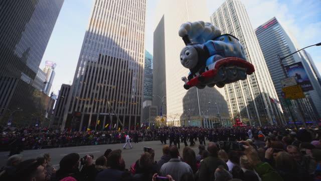 vídeos de stock, filmes e b-roll de balloon is moving through manhattan skyscrapers. - desfiles e procissões