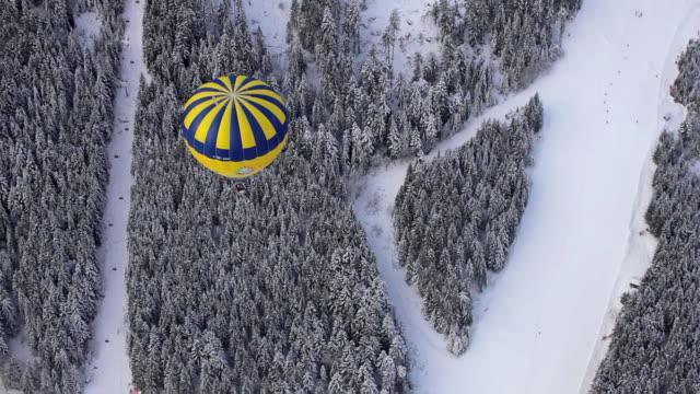 vídeos de stock e filmes b-roll de balloon over hornspiz piste 1 - balão de ar quente