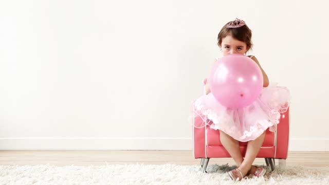 vídeos y material grabado en eventos de stock de globo princess - soplar