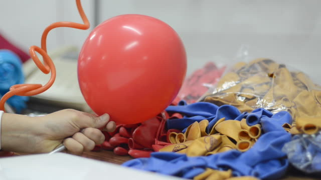 vídeos de stock e filmes b-roll de balão - encher atividade