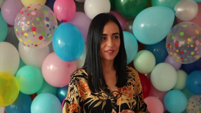 vídeos y material grabado en eventos de stock de los globos siempre la hacen sonreír - rodear