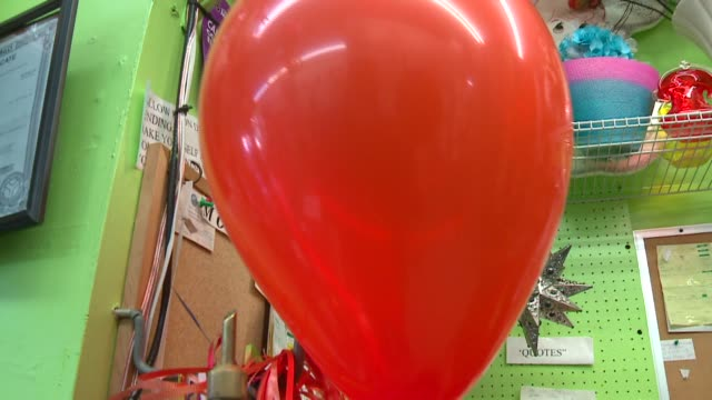 balloons being inflated with helium in chicago on october 22, 2015. - ラテックス点の映像素材/bロール