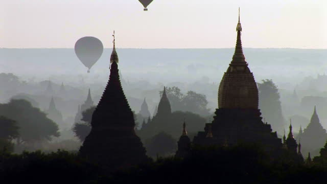 balloons flying in bagan, myanmar - kirchturmspitze stock-videos und b-roll-filmmaterial