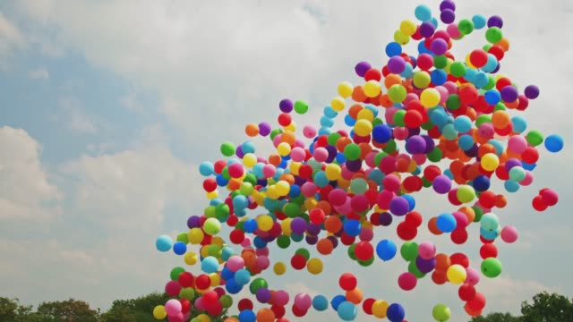 ballons in den himmel fliegen - multi coloured stock-videos und b-roll-filmmaterial