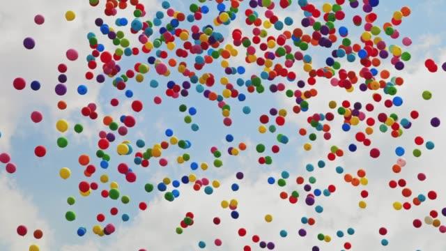 Ballons in den Himmel fliegen