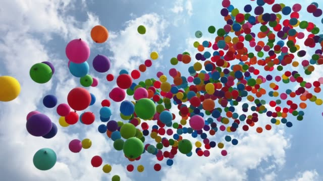 vídeos de stock e filmes b-roll de balloons flying into the sky - levantar