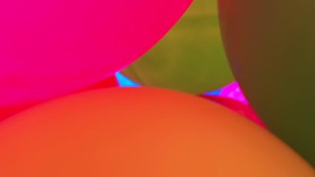 vídeos de stock, filmes e b-roll de balões voando no céu - balão decoração