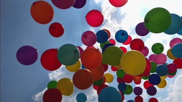ballons in den himmel fliegen - bunt stock-videos und b-roll-filmmaterial