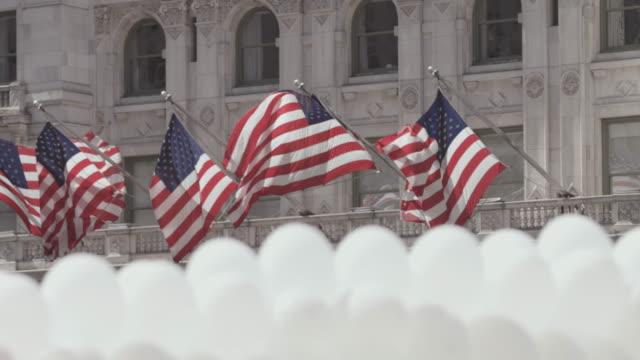 風船はニューヨーク市の建物を通過します。 - フロート車点の映像素材/bロール