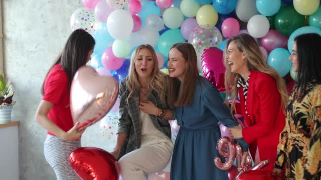 vídeos y material grabado en eventos de stock de los globos harán feliz a cualquiera - despedida de soltera