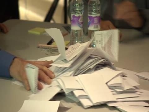vídeos de stock, filmes e b-roll de ballot forms in the referendum on the sovereignty of the falklands. - ilhas do oceano atlântico