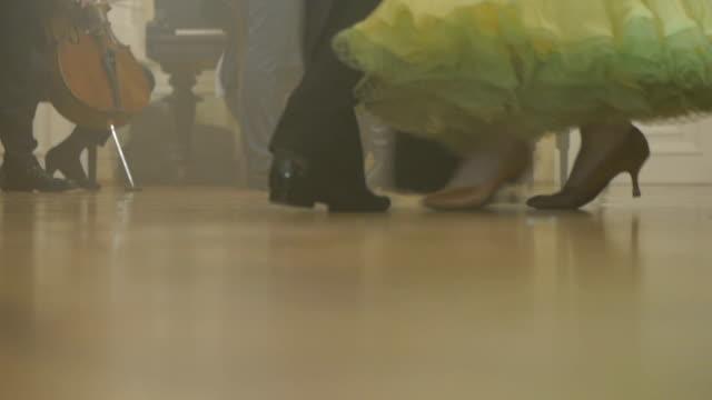 ボールルームでのダンス - ルネッサンス様式点の映像素材/bロール
